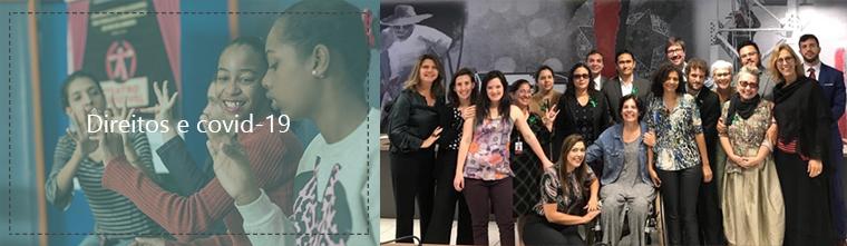 Descrição da imagem: duas imagens, lado a lado. A primeira, à esquerda, está desfocada, e mostra quatro jovens mulheres usando a linguagem de sinais. Duas estão em primeiro plano: uma está sorrindo, a outra está séria e olha para suas mãos. A segunda foto, à direita, mostra Um grupo de 18 pessoas, todos/as olhando e sorrindo para a foto. No fundo, um mural cinza e vermelho.