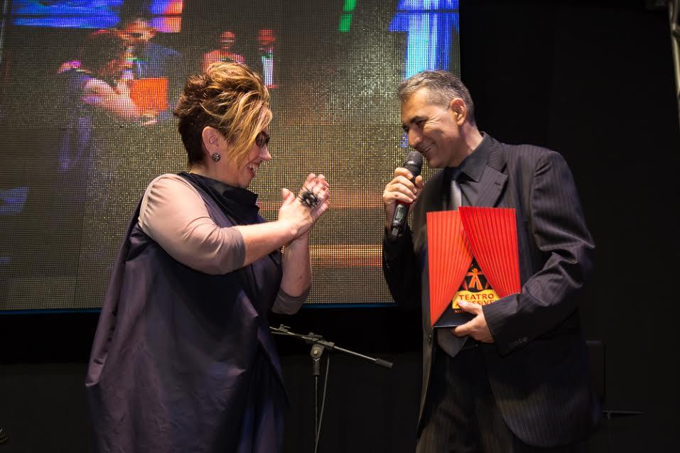 Foto de Claudia Werneck recebendo prêmio de Sérgio Paixão