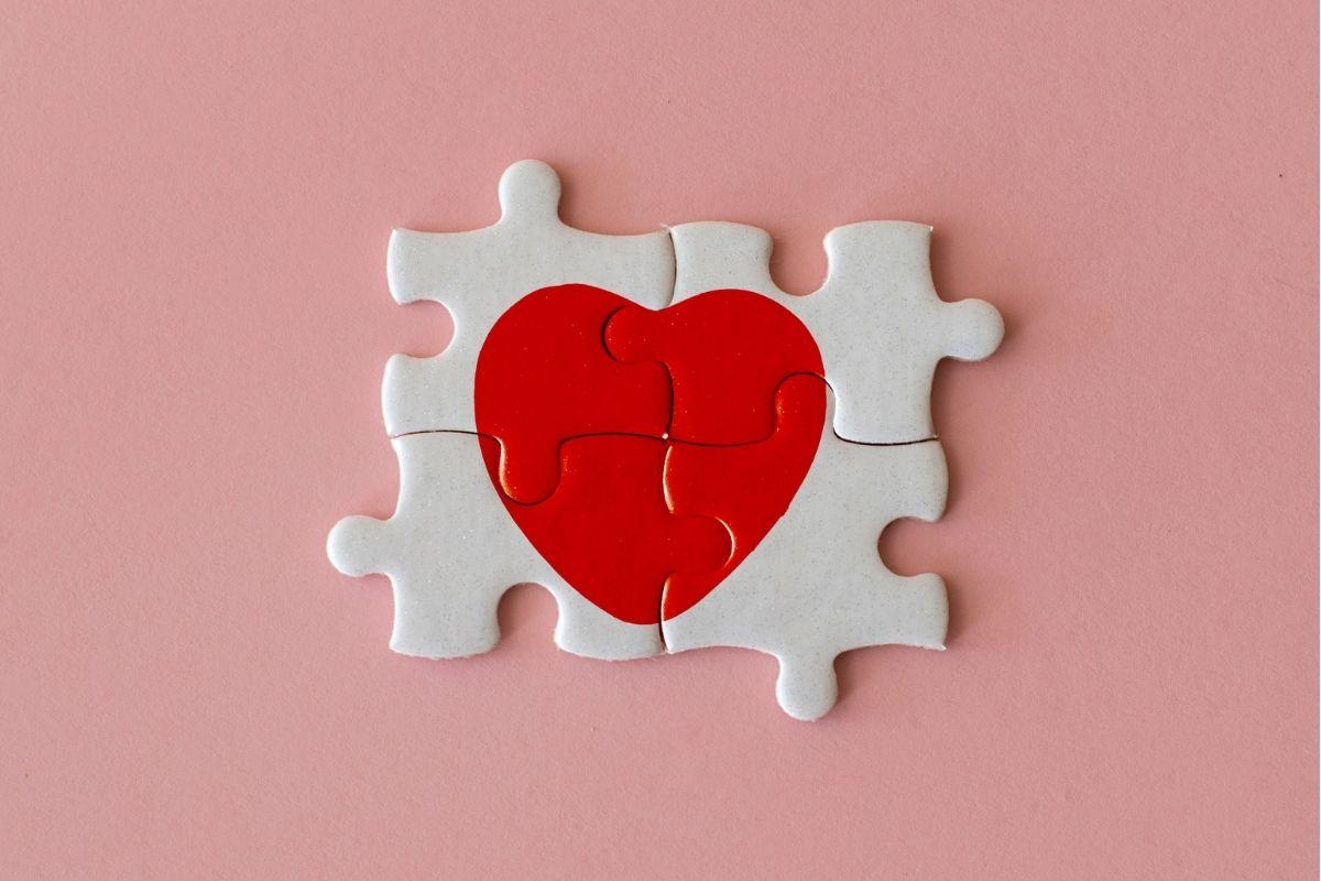 Quatro peças de quebra-cabeça que formam a imagem de um coração.
